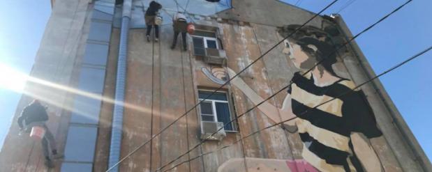 """Скандальное граффити """"Девочка с зонтиком"""" закрасили в Нижнем Новгороде"""
